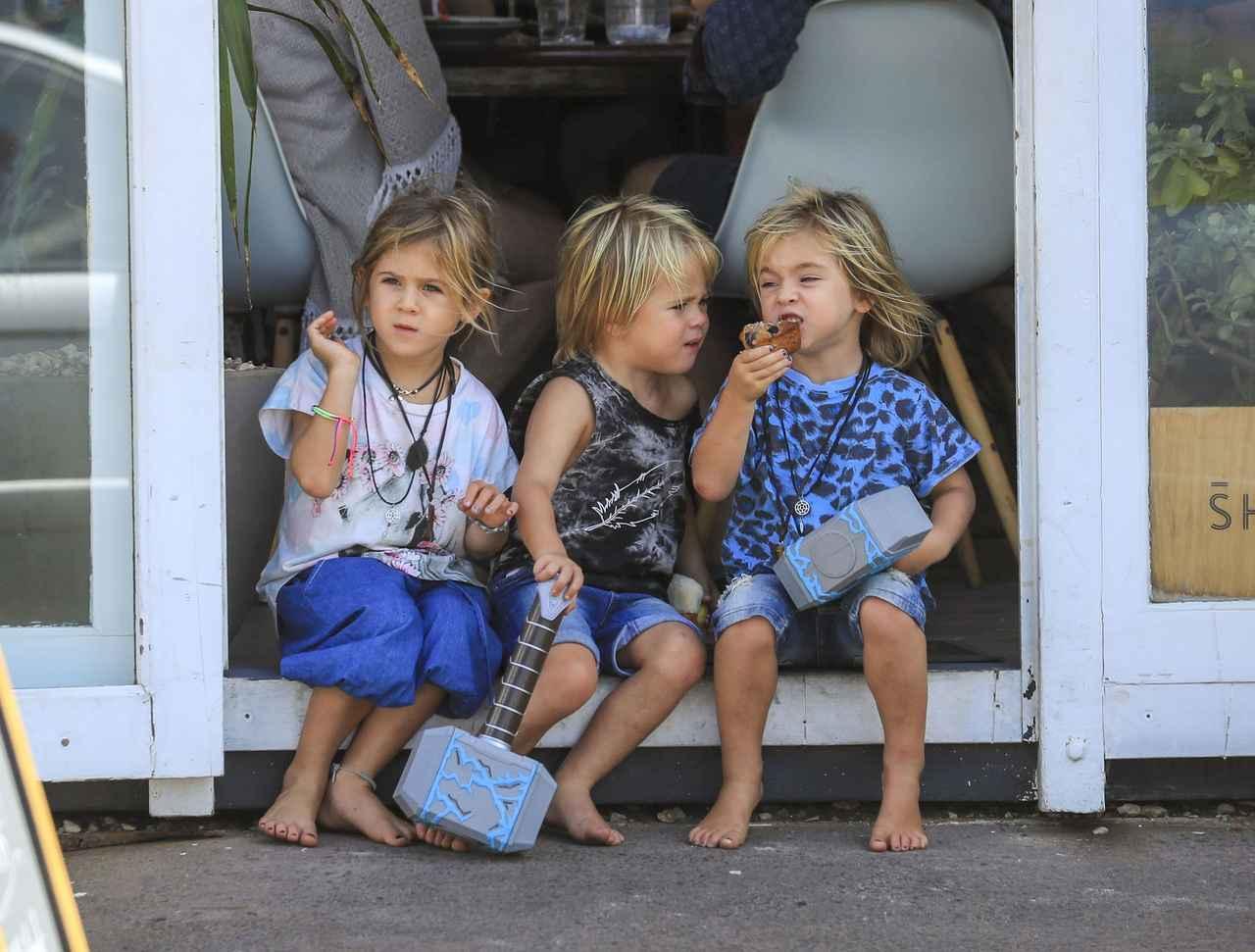 画像3: 双子の息子が持っているものは…