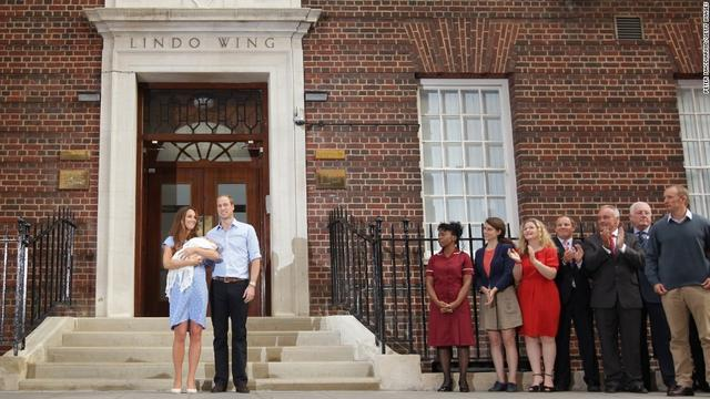 画像: ジョージ王子のお披露目の様子。