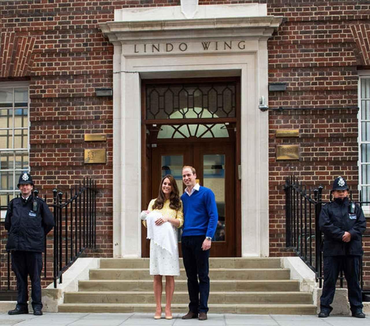画像: シャーロット王女のお披露目の様子。