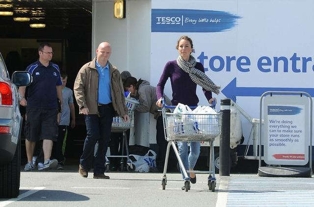 画像: 2011年には、大型スーパーなどで買い物する姿がパパラッチにより撮影されていた。