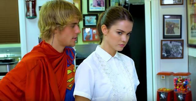画像: ジャスティン扮するカナダ人スーパーマンにシャツを褒められるウェイトレスがマイア。