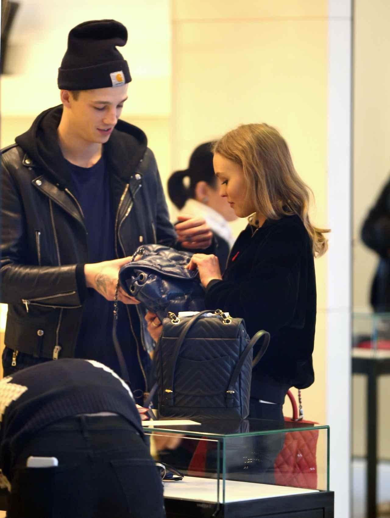画像: シャネルのお店で買い物する2人。