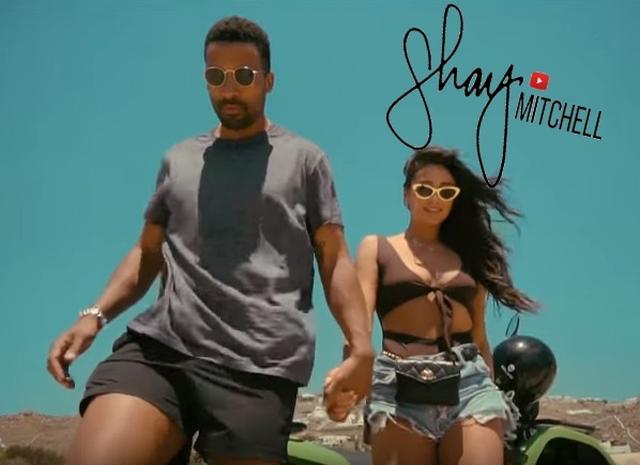 画像: シェイのYouTubeにたまに登場する彼氏のマット・バベルは音楽レポーター。 www.youtube.com