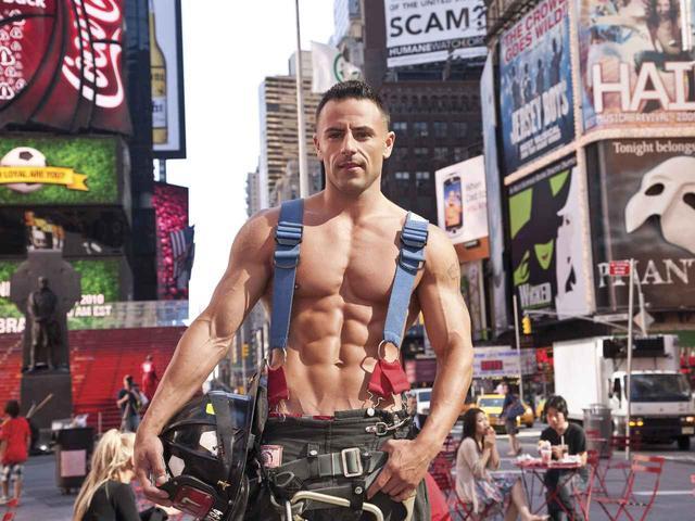 画像: ニューヨーク市消防局の2012年版カレンダーより。 ©FDNY