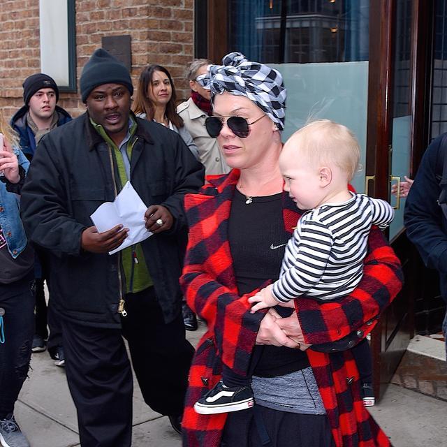画像: ピンクはホテル前で裁判に関する文書を送達された。