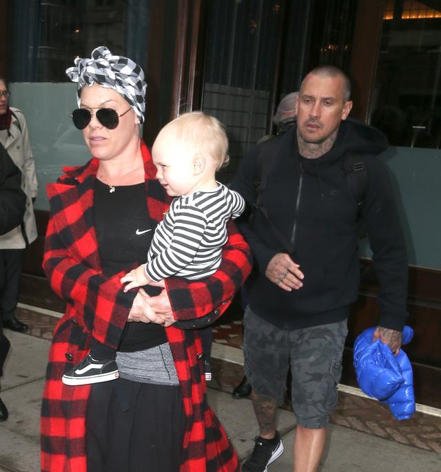 画像: 夫のケアリー・ハートと共にホテルを出るピンク。