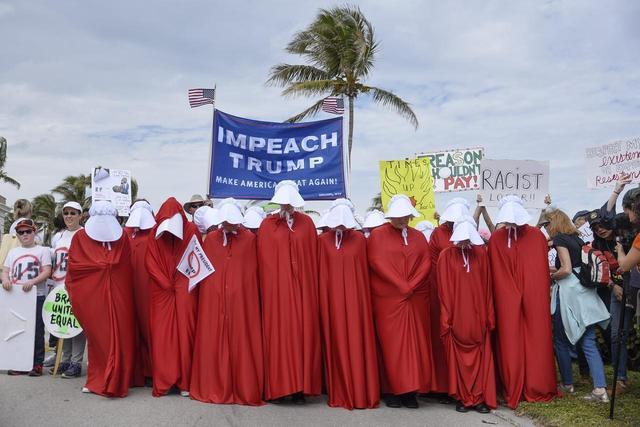 画像: トランプ大統領が米フロリダ州を訪問した際に行われた、反トランプ派によるデモ行進で「リアル・ハンドメイズ」が出現。ほかにもコスタリカなどの世界各地で、こうした光景が見られている。