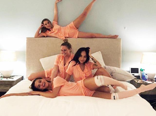 画像: 4月1日:友達とのスランバーパーティーは、お揃いのピンクパジャマで♡