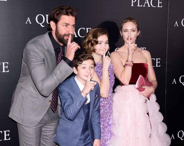 画像: 劇中で家族を演じた子役2人と一緒に。