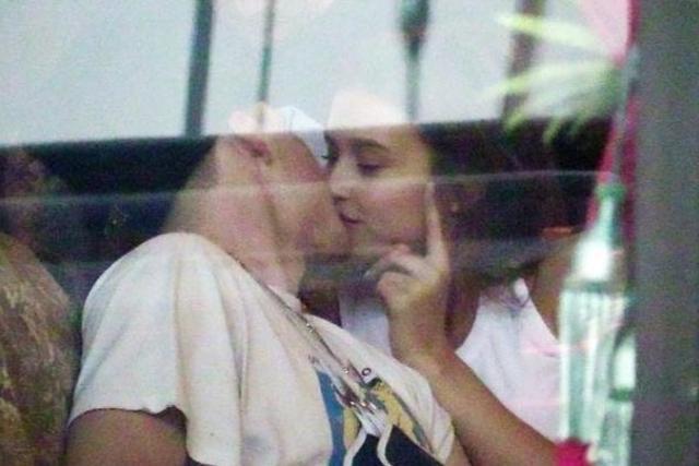 画像1: ブルックリンがクロエ以外の女性とキス!