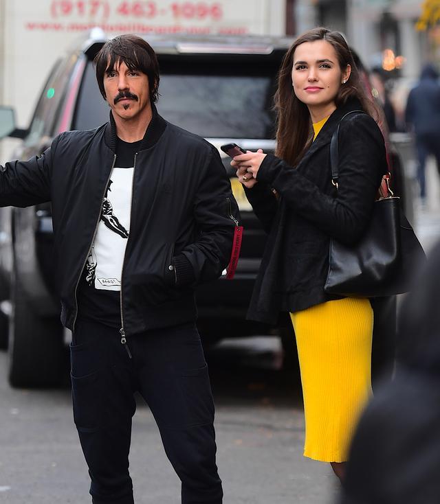 画像: 2017年11月にニューヨークのホテル前でタクシーを止めるアンソニー。