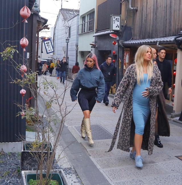 画像: 3月頭には姉妹たちと出演するリアリティ番組『カーダシアン家のお騒がせセレブ』の撮影も兼ねて、身重な身体で来日していたクロエ(写真右)。