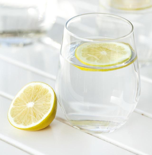 画像: レモンウォーターは、冷たい水より「ぬるま湯」の理由