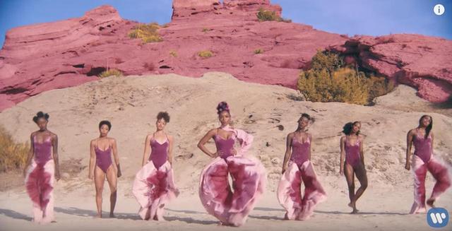画像2: 「女性器」をイメージした衣装