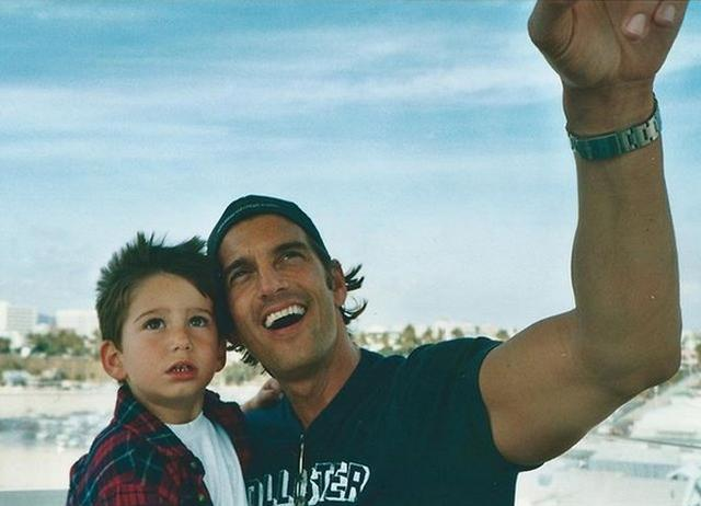 画像: マイロがSNSに投稿した父親との写真。©Milo Manheim/Instagram