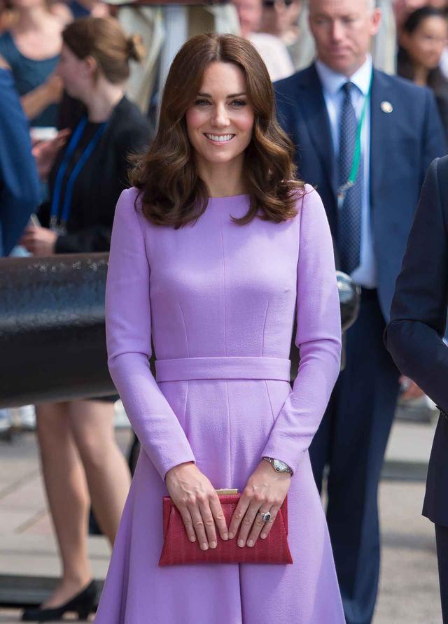 画像: キャサリン妃がいつもクラッチバッグを持っている理由とは?