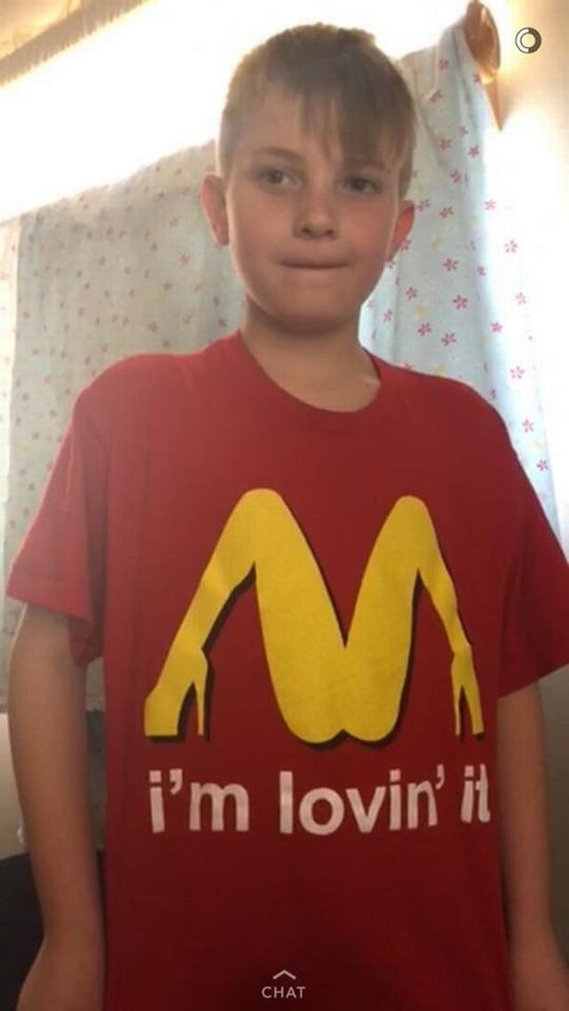 画像: マクドナルドのマークだと思い少年が着たシャツ、過激すぎて親赤面