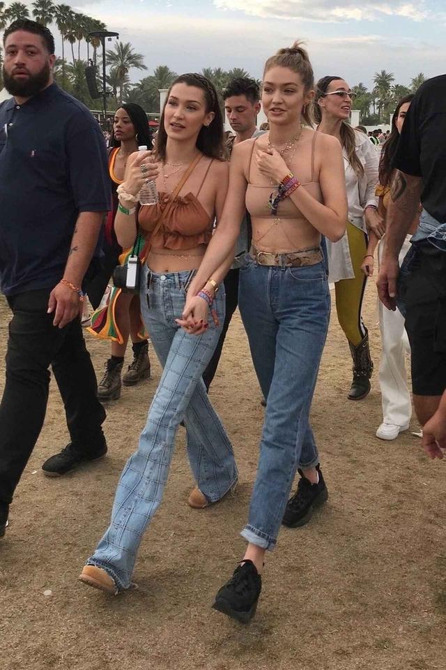 画像1: ジジ&ベラ・ハディッド姉妹、フェスでの双子デニムコーデがオシャレ!
