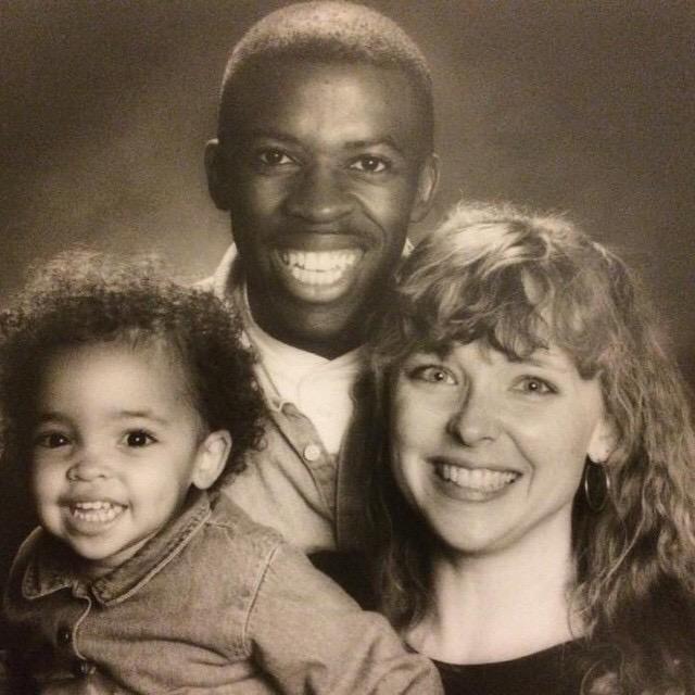 画像: 幼いティナーシェと両親の写真。 www.instagram.com