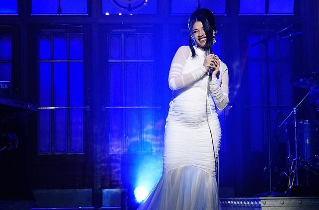 画像: 人気デザイナー、クリスチャン・シリアーノ(Christian Siriano)の真っ白なドレスで満面の笑みを浮かべるカーディ。観客や視聴者たちだけでなく、セレブたちからも祝福のメッセージが多数寄せられた。
