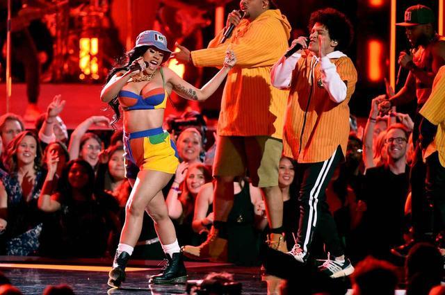 画像: グラミー賞のステージでシンガーのブルーノ・マーズとコラボ曲「フィネス」を初披露。