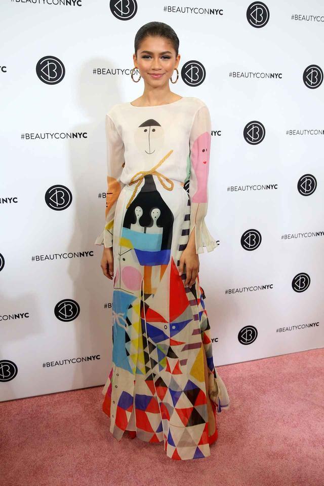 画像1: ゼンデイヤ、難易度の高いデザインドレスを可憐に着こなす