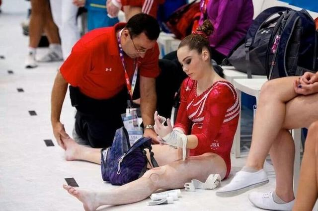 画像: 試合中にナサール元医師からの治療を受けるマッケイラ。