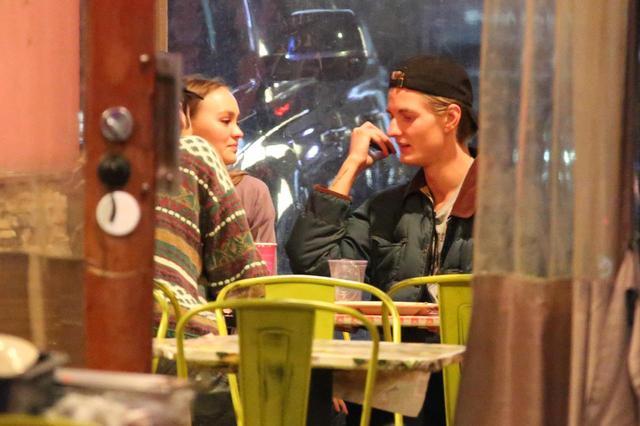 画像1: リリー・ローズ・デップ、「破局ヌード」撮影したカメラマンと深夜に親密ムード