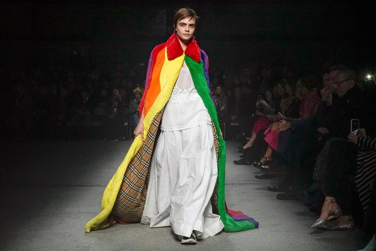 画像: イギリス発の老舗ブランド、バーバリー(Burberry)の「多用性」をテーマとしたコレクションで2年ぶりのランウェイ復帰を果たし、LGBT+へのサポートを表明したカーラ。