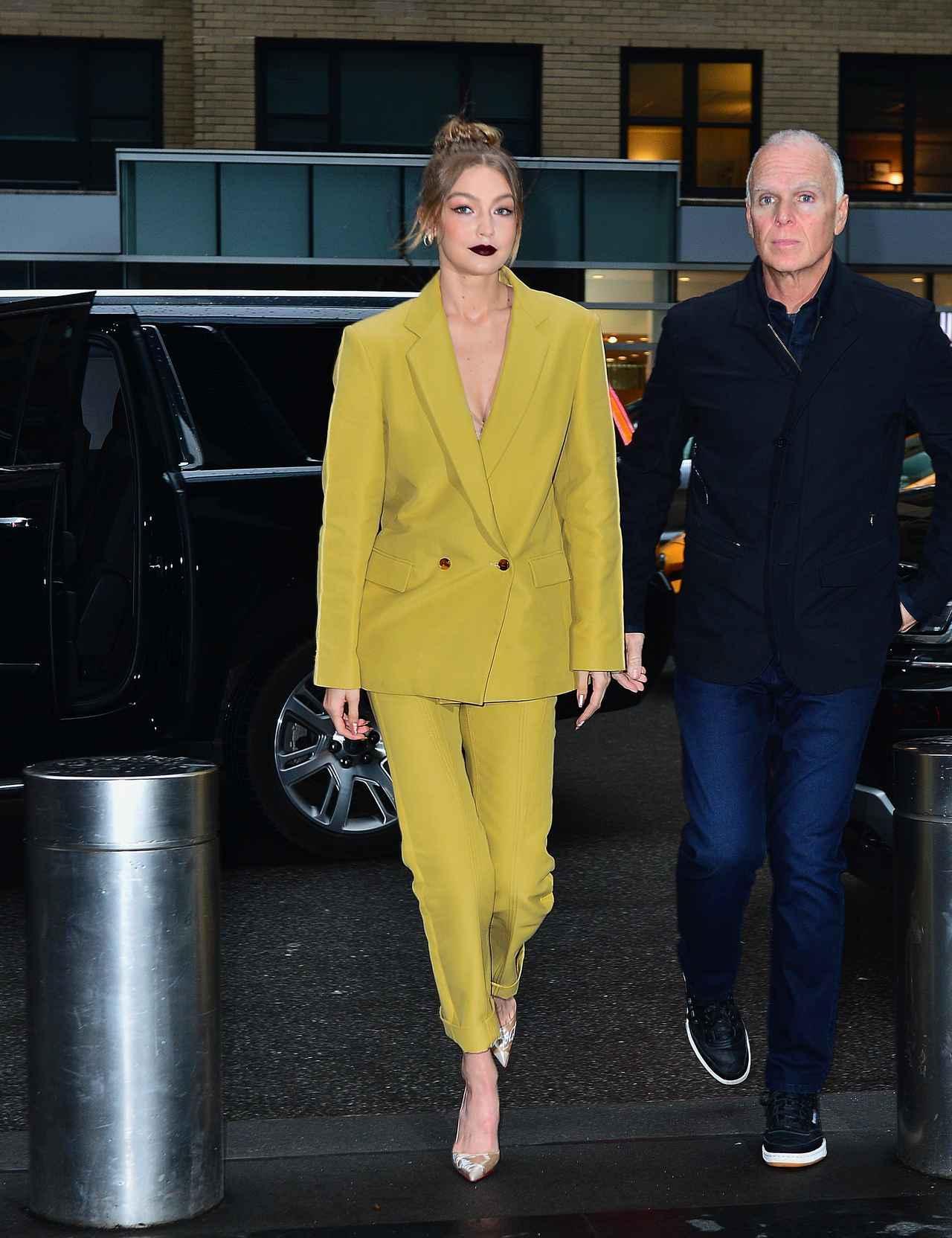 画像1: ジジ&ベラ・ハディッド、個性が光る双子スーツスタイルに注目