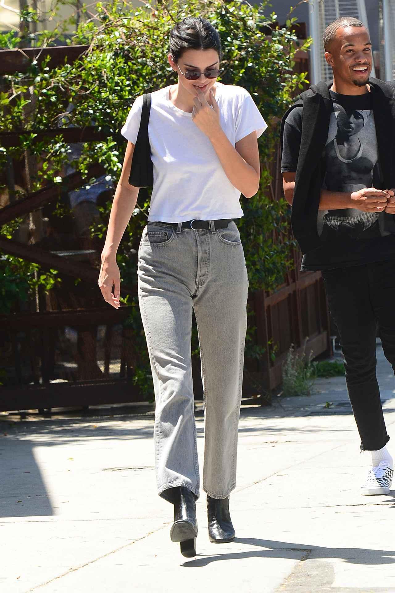 画像: ケンダル・ジェンナー流、白Tシャツのクールな着こなし方