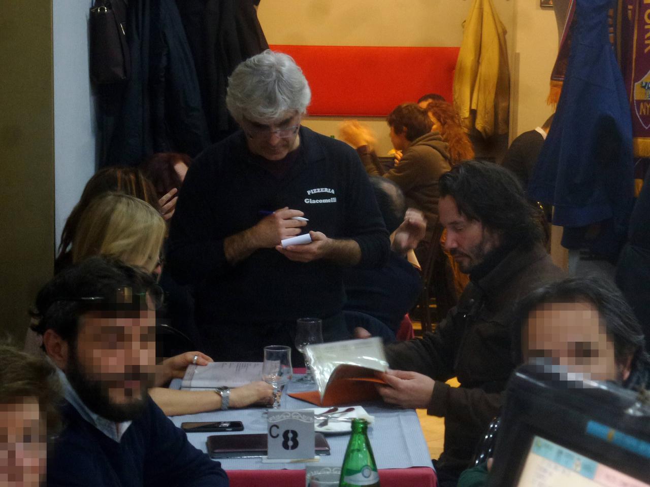 画像: 一般人でごった返すローマのレストランで女性とデートするキアヌ。