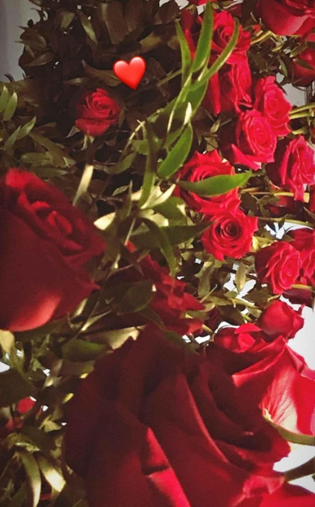 画像: ハート型の絵文字スタンプだけを添えて公開されたバラの花束。©Gigi Hadid/ Instagram