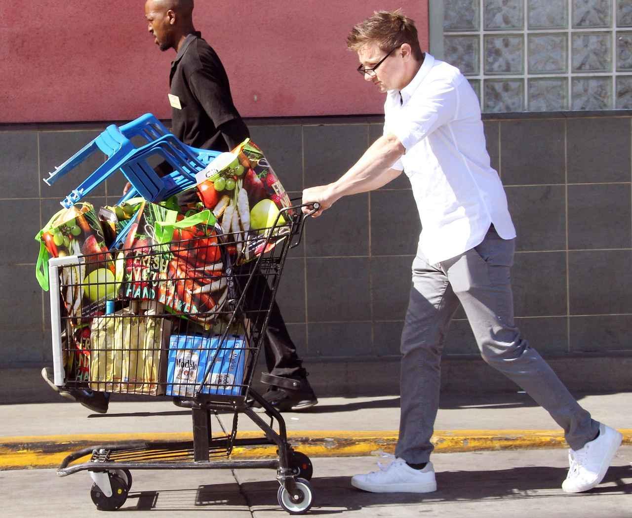 画像2: スーパーで買い物をするジェレミー・レナー