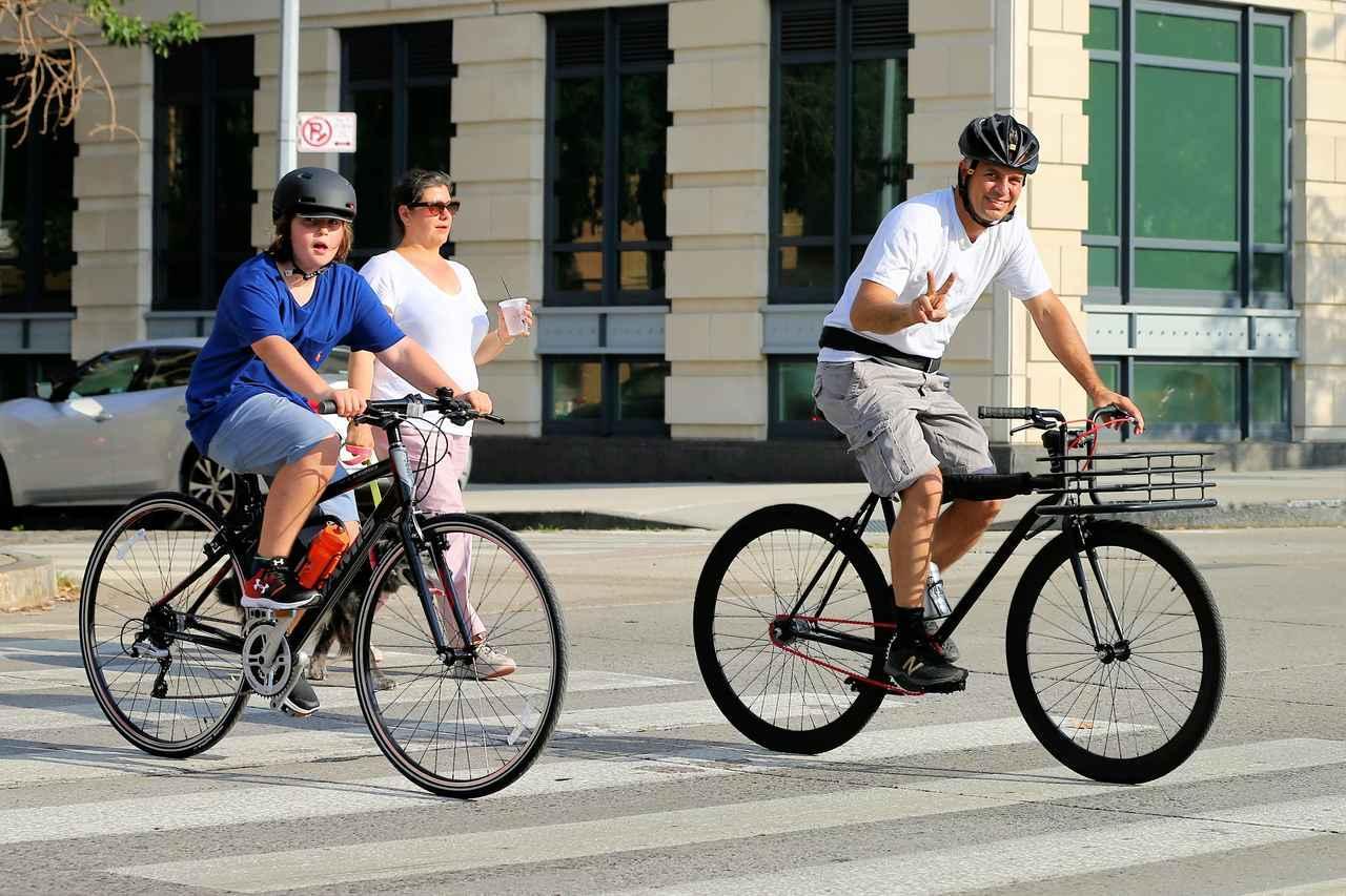 画像: サイクリングを楽しむマーク・ラファロ