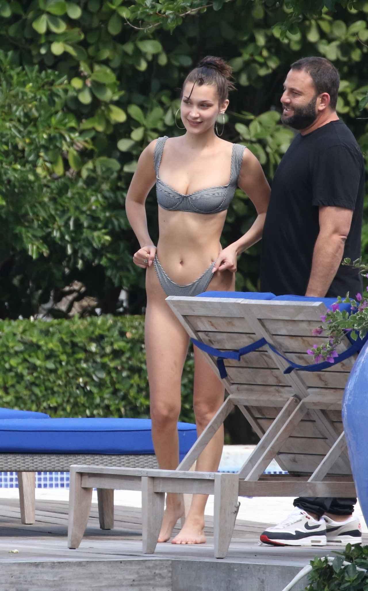 画像1: ベラ・ハディッドの美しすぎる水着姿を360度から見てみよう
