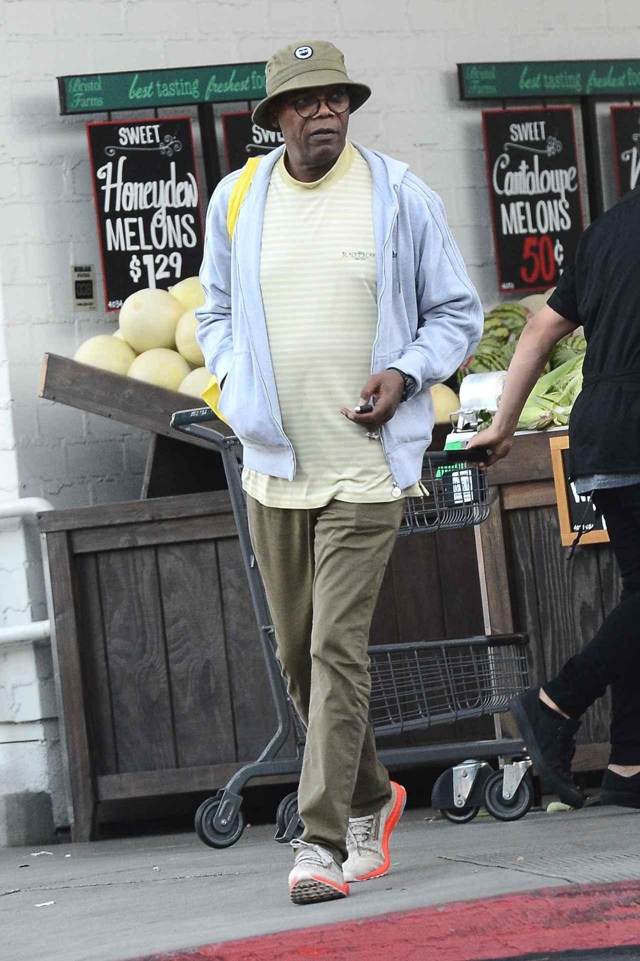 画像: 市場で買い物をするサミュエル・L・ジャクソン