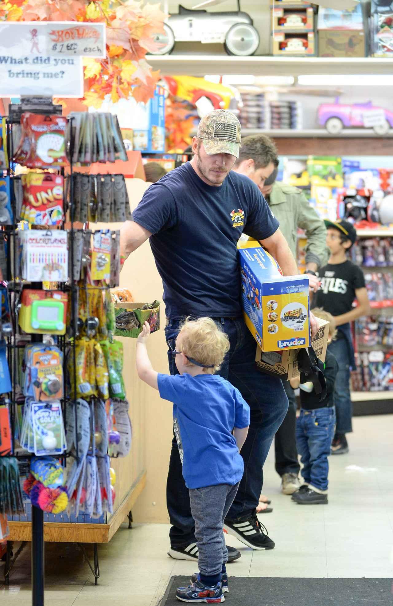 画像1: 子供におもちゃを買ってあげるクリス・プラット