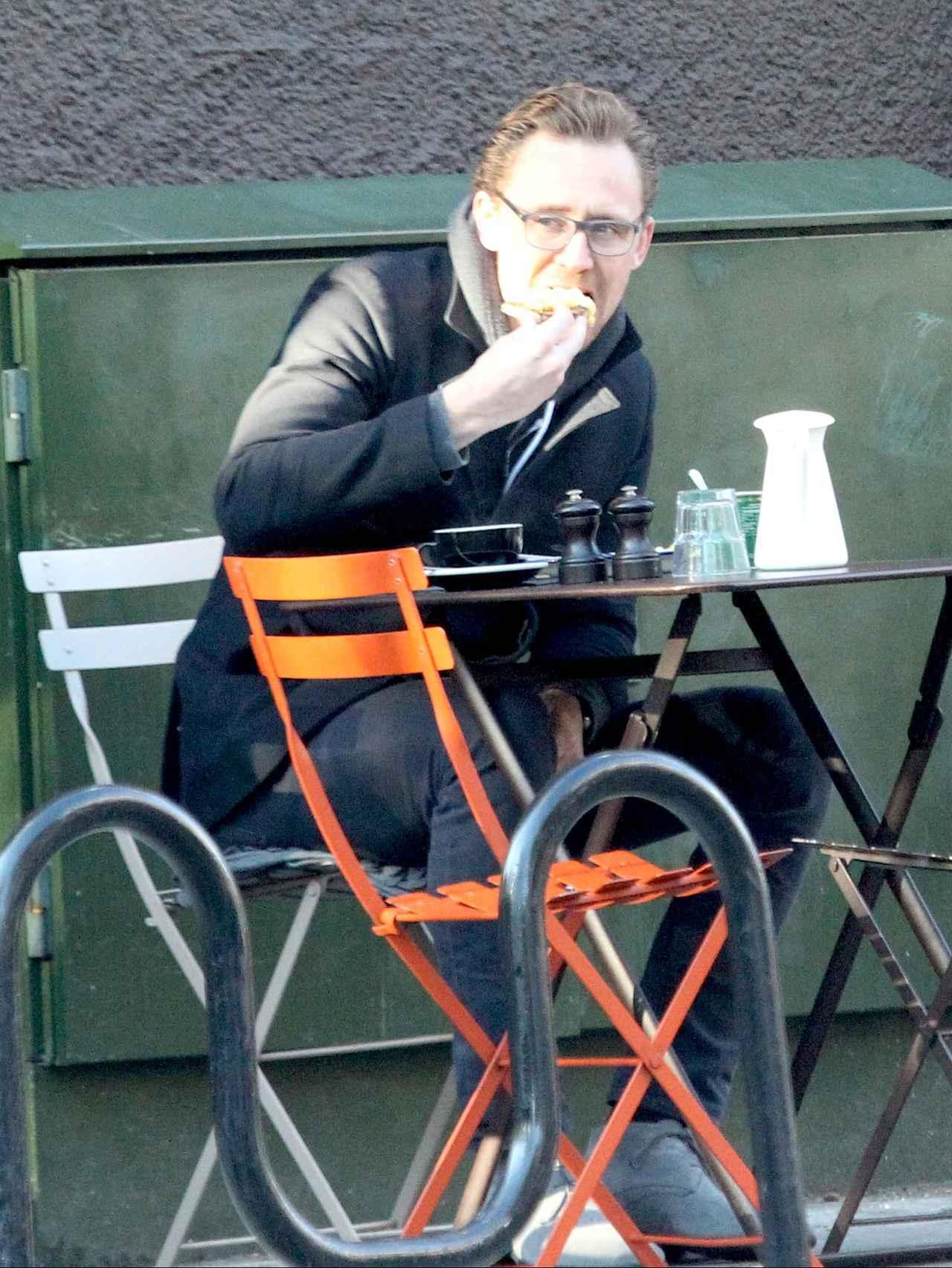 画像: ひとりで朝食を食べるトム・ヒドルストン