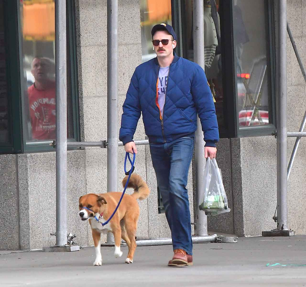 画像: 愛犬の散歩をしているクリス・エヴァンス