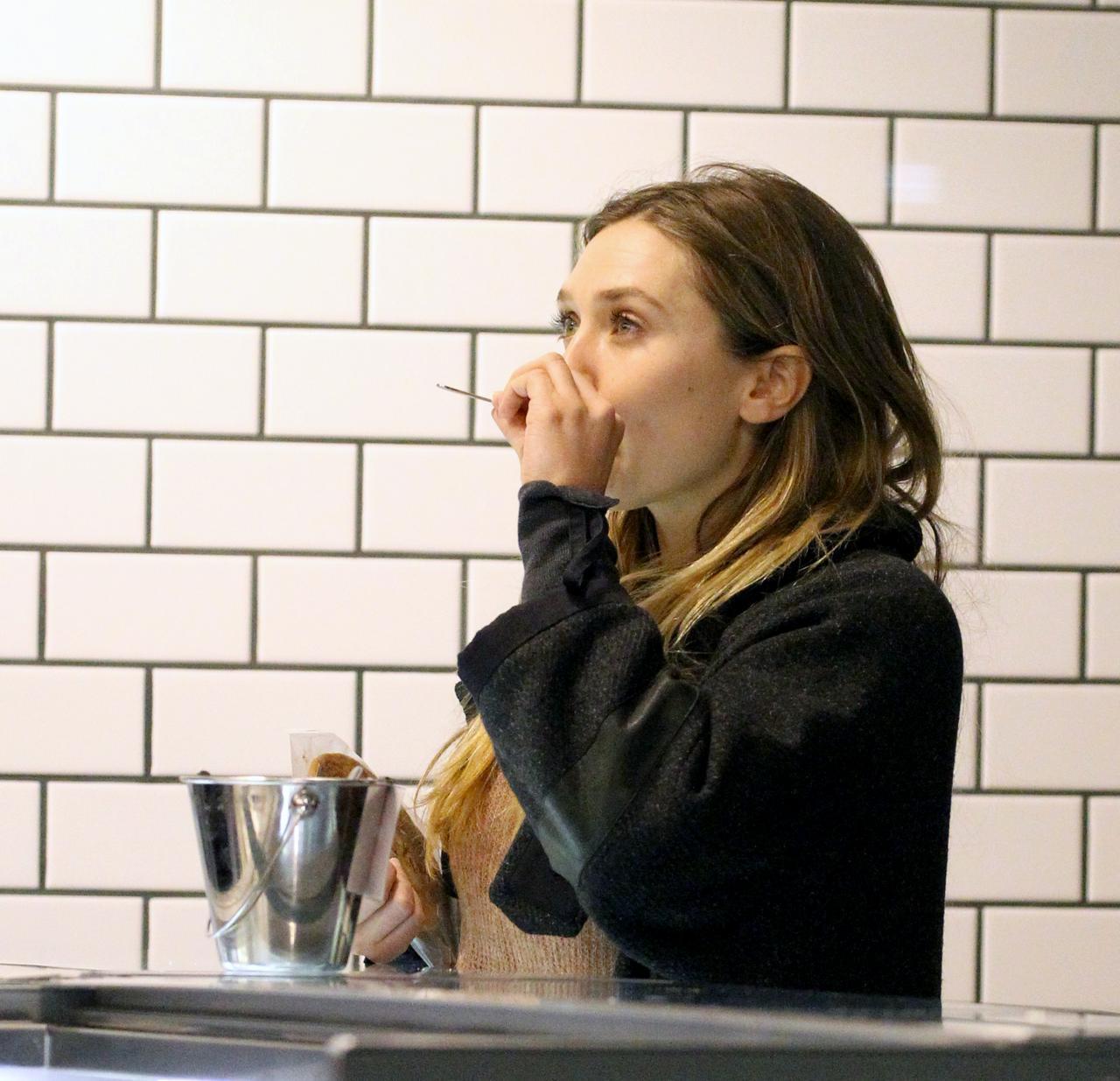 画像: アイスクリームを試食するエリザベス・オルセン
