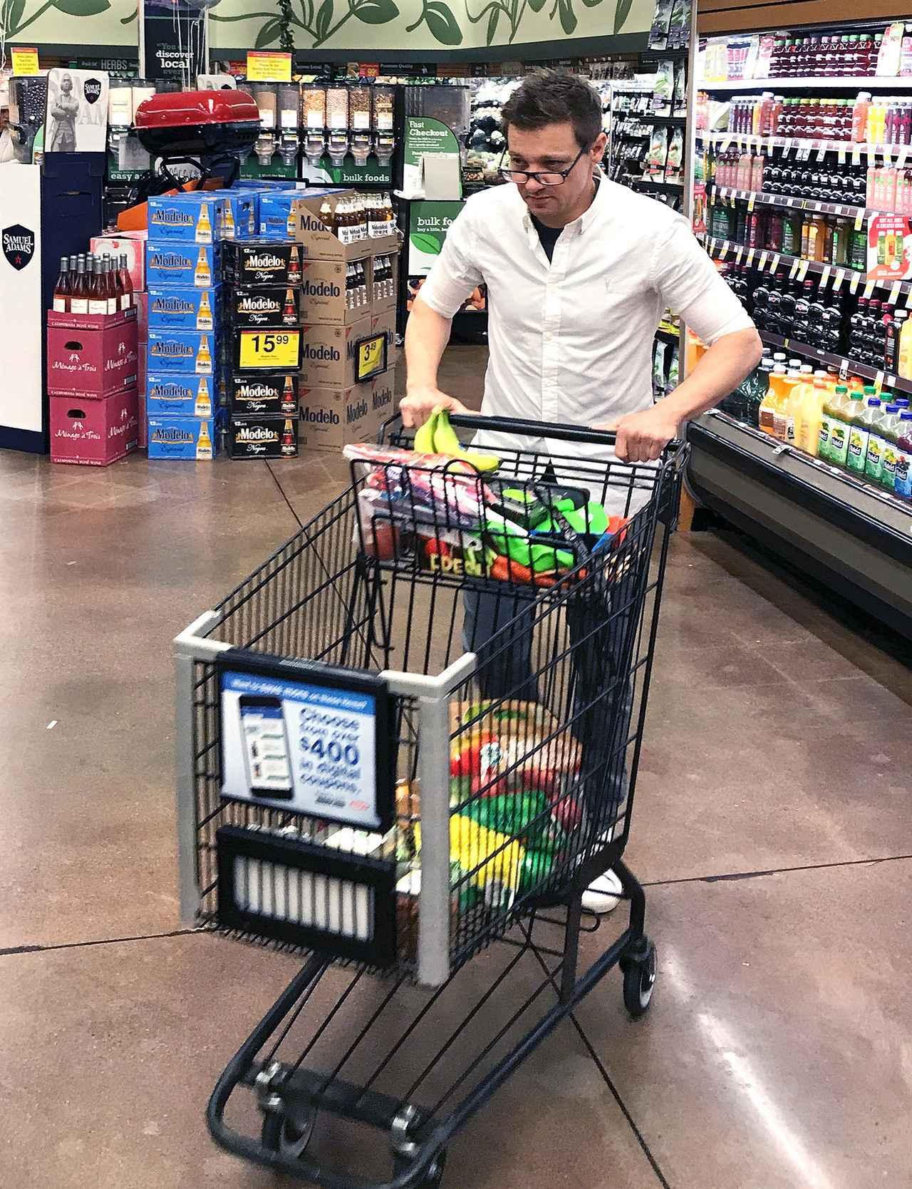 画像1: スーパーで買い物をするジェレミー・レナー