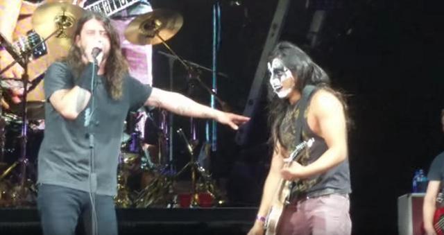 画像2: フー・ファイターズ、ファンをステージに上げギターの演奏を任せる