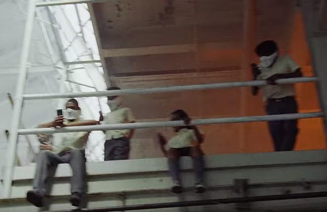 画像2: 銃乱射事件を投影