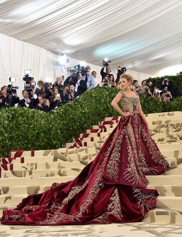 画像1: ブレイク・ライヴリー、制作時間600時間のドレス姿が本物の女神のよう