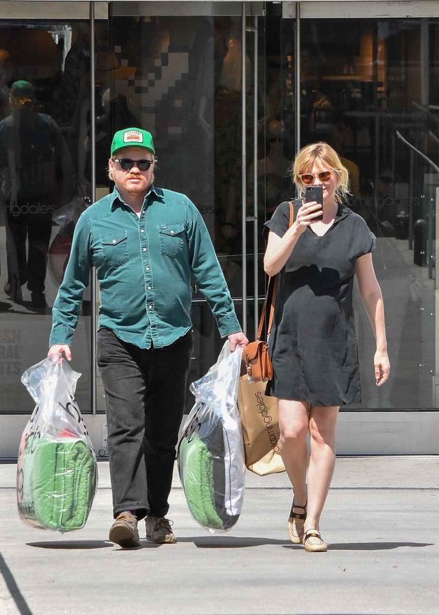 画像: 約1ヵ月前に買い物に出かける2人。
