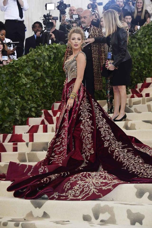画像5: ブレイク・ライヴリー、制作時間600時間のドレス姿が本物の女神のよう