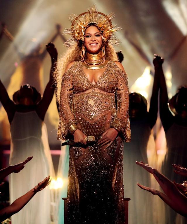 画像: 双子を妊娠中にパフォーマンスを披露した2017年のグラミー賞でダンダス(Dundas)の衣装を身に着け、「神々しい」と話題になっていたビヨンセ。