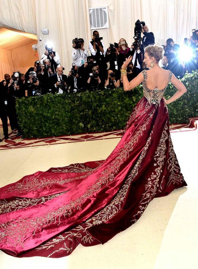 画像3: ブレイク・ライヴリー、制作時間600時間のドレス姿が本物の女神のよう