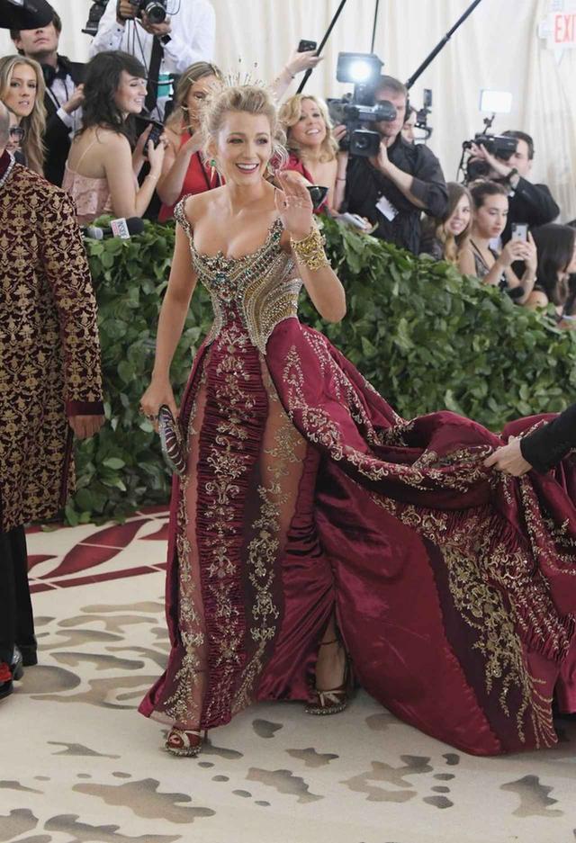 画像4: ブレイク・ライヴリー、制作時間600時間のドレス姿が本物の女神のよう